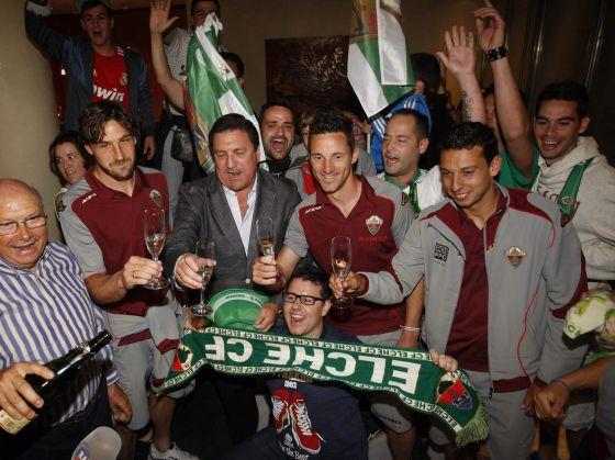 Jugadores y aficionados del Elche celebran en su hotel de concentración, en Almería, el ascenso.