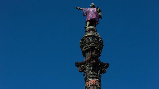 La estatua de Colón con la camiseta azulgrana, este miércoles.