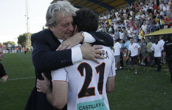 D'Alessandro, el entrenador, se abraza a Goikoetxea tras conseguir la permanencia en 2010.