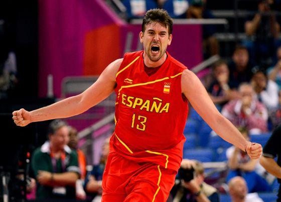 Marc Gasol celebra una canasta con España