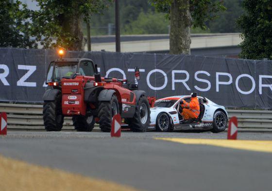 El Aston Martin de Allan Simonsen después del accidente.