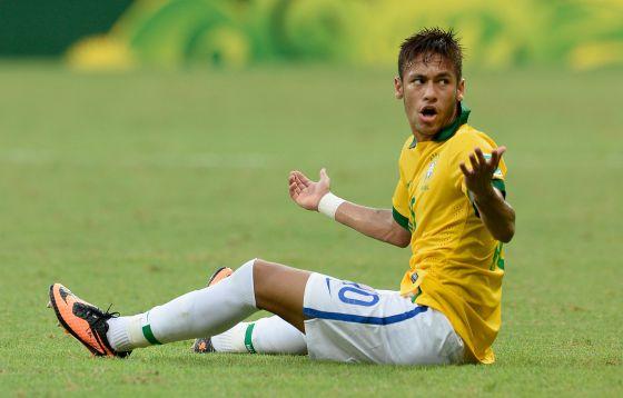 Neymar protesta en el partido ante Italia.