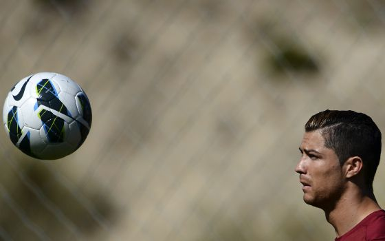 Man United offer Cristiano Ronaldo €50m signing fee if he doesnt renew at Real Madrid [El Pais]