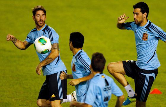 Busquets, junto a Ramos, Pedro y Jordi Alba en un entrenamiento.