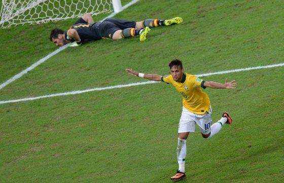 Neymar celebra su gol a Casillas en la final.