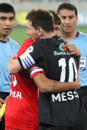 Neymar abraza a Messi al inicio del amistoso.
