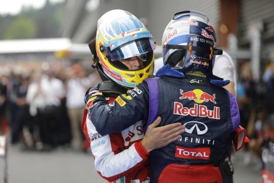 Alonso abraza a Vettel tras la carrera.