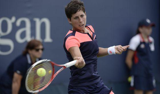 Carla Suárez golpea la bola ante Davis en el US Open.