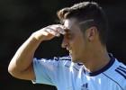 Özil 'paga' la fiesta de Bale