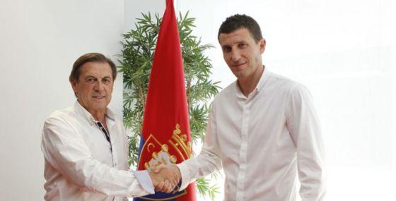 El presidente de Osasuna, Miguel Archanco, saluda a Javi Gracia.