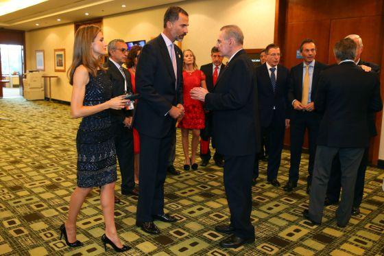 El príncipe Felipe conversa con el presidente del COI, Jacques Rogge, ante la princesa Letizia y la delegación española.