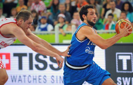 Belinelli se zafa del croata Luka Zoric.