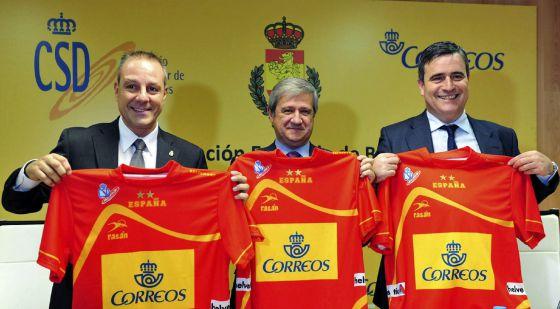 El presidente de la federación de balonmano, Francisco Blázquez; el de Correos, Javier Cuesta y el secretario de Estado Miguel Cardenal.