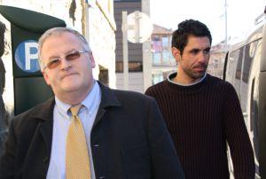 Jordi Riera, uno de los detenidos, junto a su abogado.
