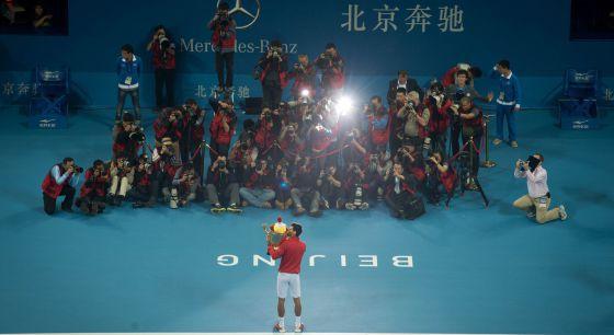 Djokovic celebra su título en Pekín.