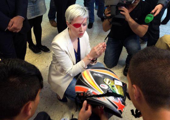 María Villota, en junio de este año, con el casco con el que sufrió el accidente.