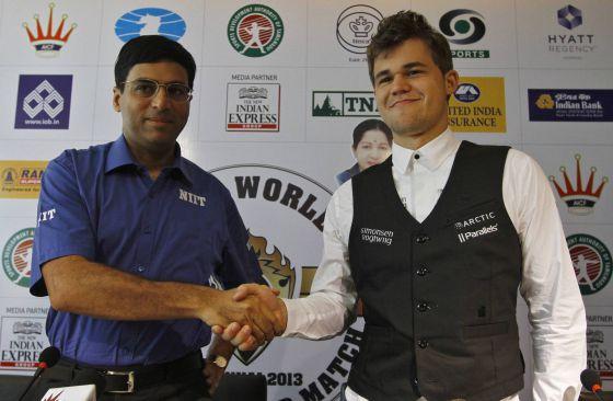 Viswanathan Anand y Magnus Carlsen se saludan tras una rueda de prensa el jueves.