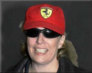 Yvonne Ridley luce una gorra de Ferrari en su llegada a Heathrow, en 2001.