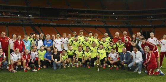 La expedición de la selección posa en el Soccer City con la Copa del Mundo.