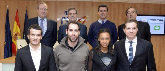 El secretario de Estado para el Deporte, Miguel Cardenal, segundo por la izquierda en la fila de arriba, rodeado del resto de promotores de la iniciativa y algunos deportistas.