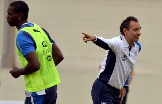 Prandelli dirige a Balotelli en un entrenamiento de Italia