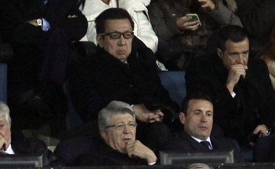 Peter Lim, detrás de Cerezo y de Salvo, el martes en el Calderón. A la derecha, Jorge Mendes.