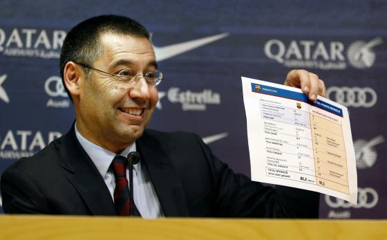 Bartomeu exhibe el documento con las cifras del traspaso de Neymar.