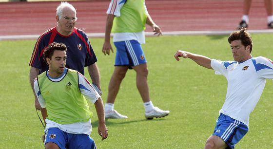 Aragonés, Xavi y Xabi Alonso, en 2005.
