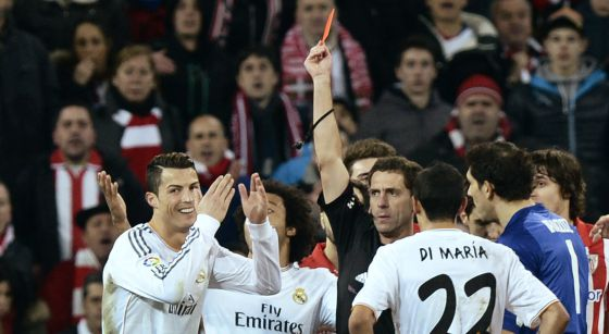 Cristiano Ronaldo sonríe mientras recibe la tarjeta roja durante el partido ante el Athletic.