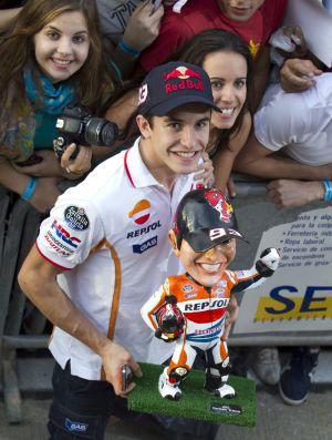 Márquez posa con su réplica de juguete tras conseguir el Mundial de MotoGP 2013
