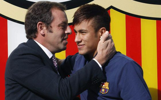 Rosell embraces Neymar on the day of his presentation.