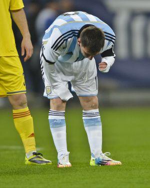 Messi vomitando durante el último amistoso con Argentina.