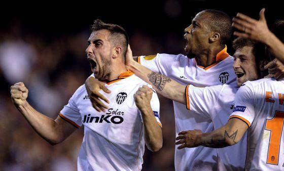 Alcácer celebra uno de sus tres goles.