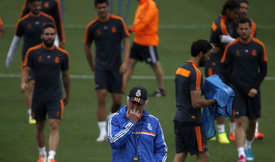 Ancelotti, pensativo, durante el entrenamiento del Madrid en Valdebebas.