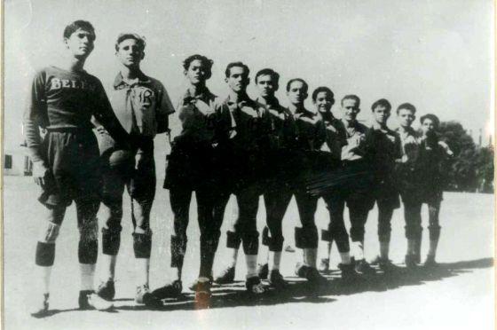 Fidel Castro, segundo por la izquierda, con el equipo del colegio Belén.