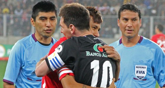 Messi abraza a Neymar en un amistoso en 2012, en Lima (Perú).