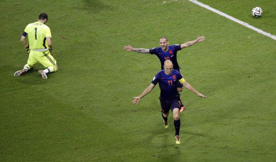 Robben y Sneijder celebran uno de sus goles ante Casillas.