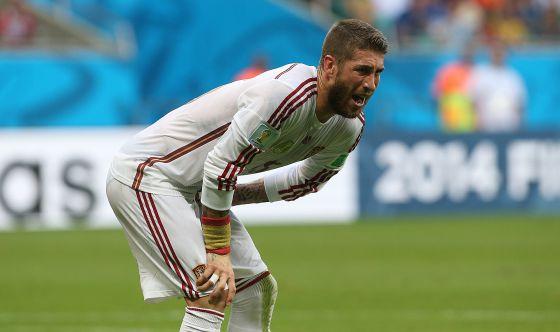 Sergio Ramos se duele durante el partido.