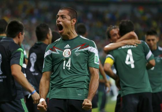 Javier Hernández celebra uno de los goles de México