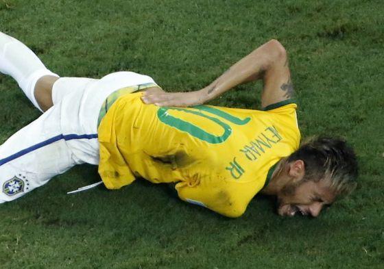 Neymar se duele tras la lesión.