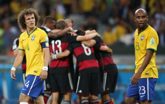 Los alemanes celebran un gol ante David Luiz y Maicon.