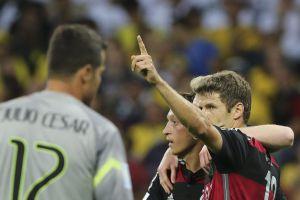 Müller y Özil celebran un gol ante Julio César.