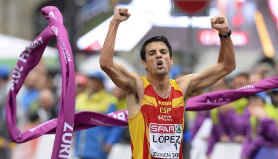 Miguel Ángel López cruza la meta en primer lugar.