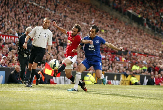 Mata intenta marcharse de Baines en un United-Everton.