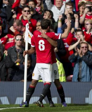 Mata celebra un gol con Falcao.