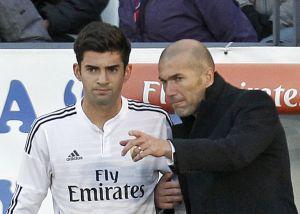 Zidane da instrucciones a su hijo Enzo, antes de debutar con el Castilla.