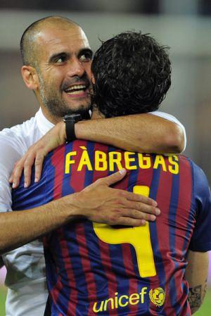 Guardiola abraza a Cesc, tras ganar la Supercopa de España en 2011.