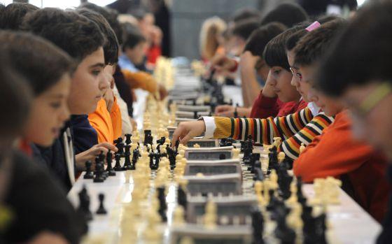 Niños compiten en el Campeonato de Ajedrez de Expourense.
