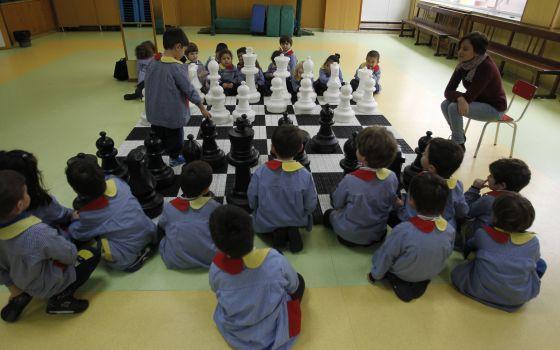 Alumnos de primaria juegan partidas de ajedrez en clase de matemáticas.