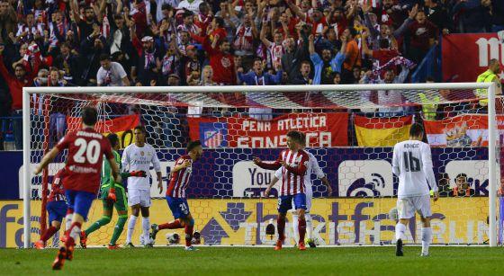 Vietto celebra el gol del Atlético contra el Real Madrid